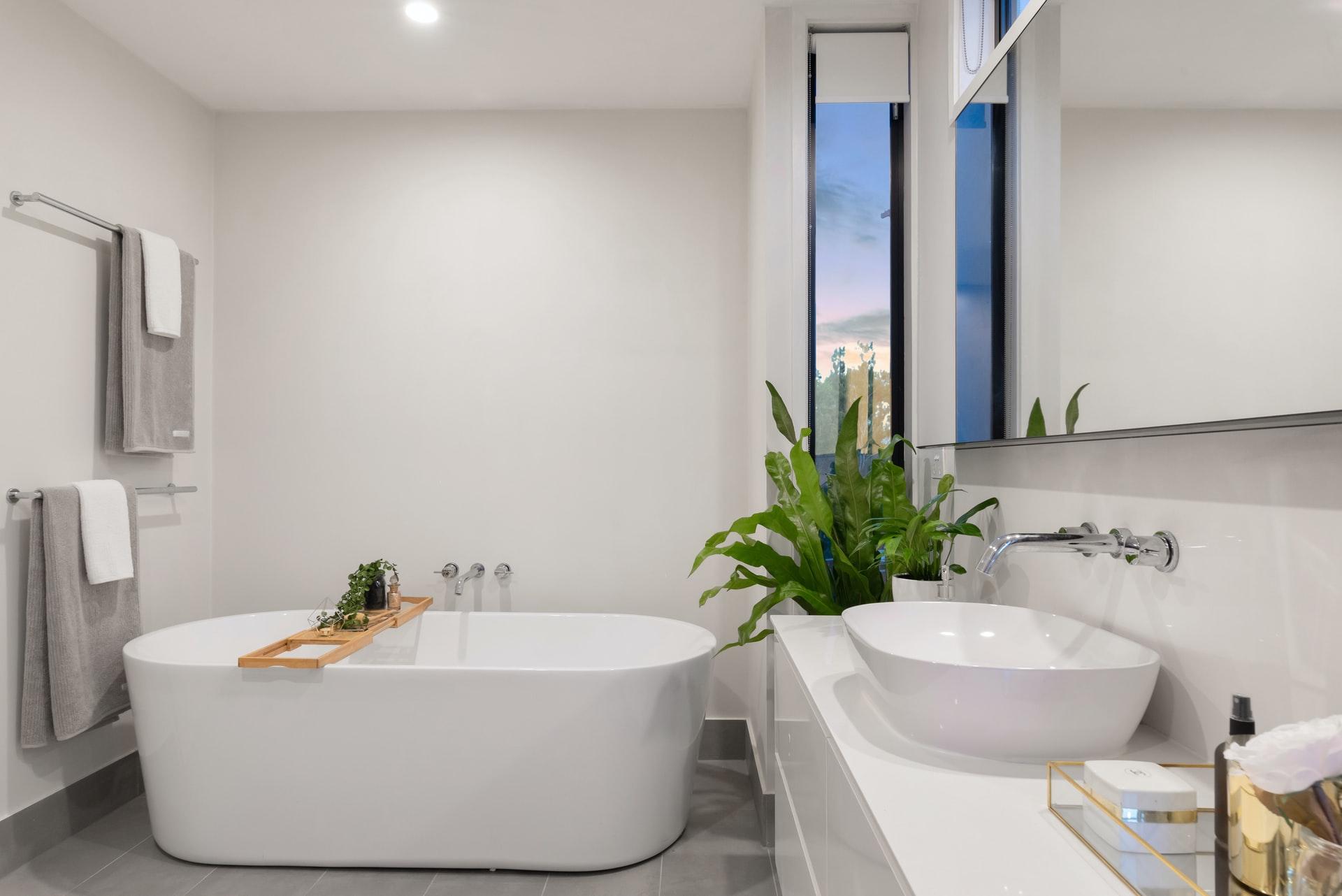 Jak urządzić małą łazienkę w mieszkaniu w bloku w domu z wanną prysznicem