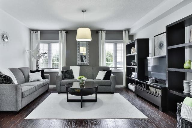 Jak urządzić salon w mieszkaniu w bloku w domu z aneksem kuchennym